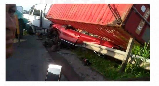 Colisão entre carro e caminhão na PE-60 deixa pessoa morta e motorista preso no veículo