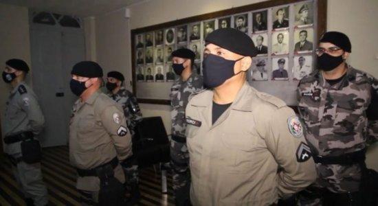 Policiais que prenderam suspeito de matar jovem pernambucana são condecorados na Paraíba