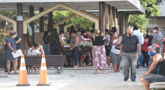 Corpo de mulher que foi assassinada no bairro da Encruzilhada é enterrado no Recife