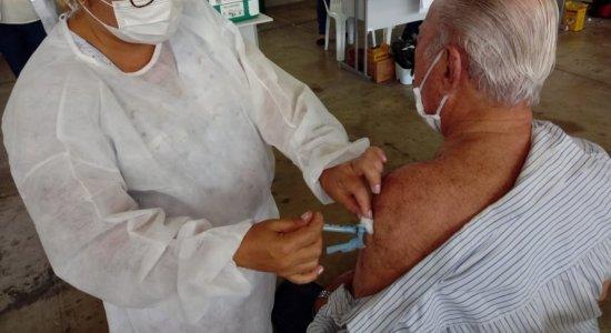 Idoso de 89 anos denuncia ter recebido doses de vacinas diferentes contra a covid-19 em Caruaru