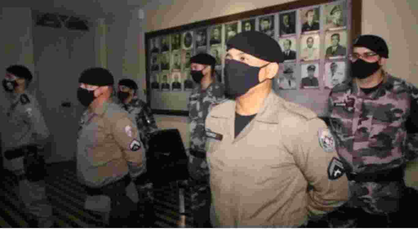 Policiais que prenderam suspeito de matar jovem pernambucana são condecoradas