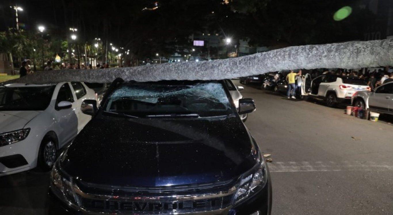 Carros ficaram destruídos com queda que aconteceu nessa sexta-feira