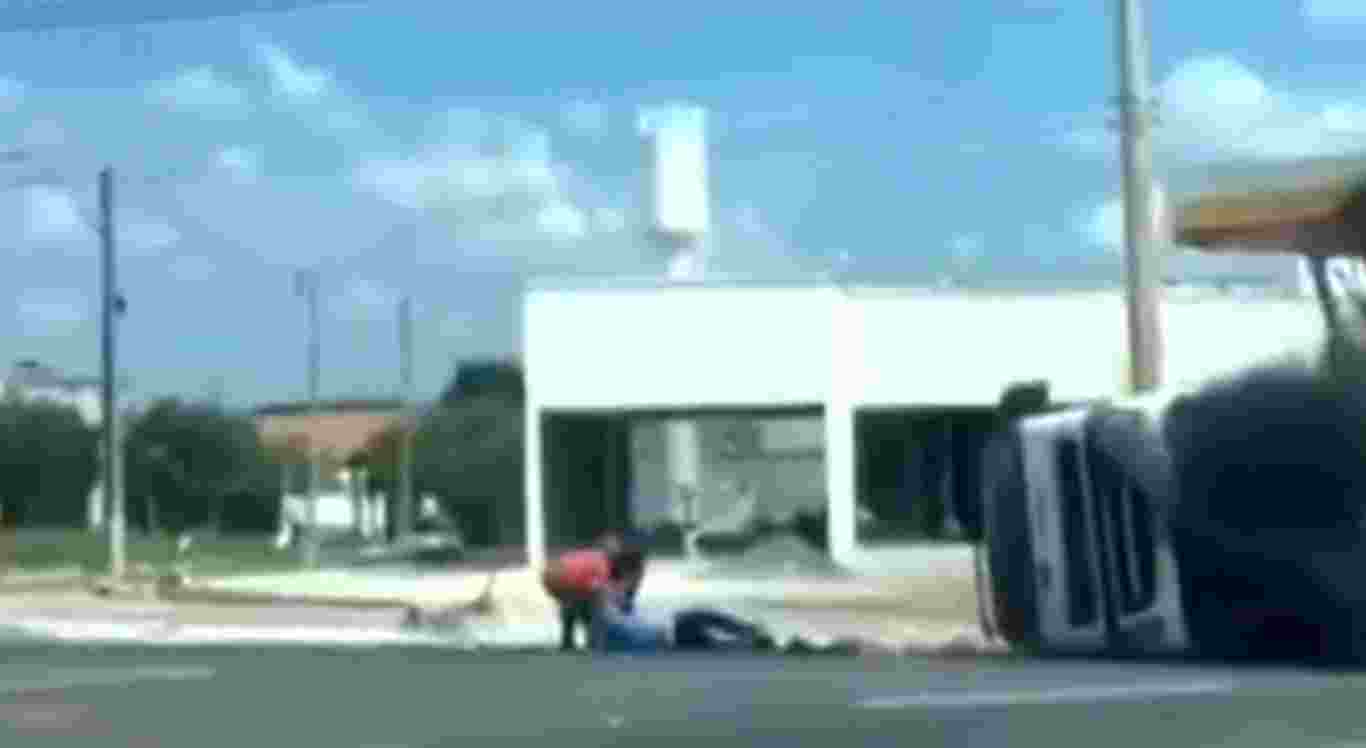 Motorista de caminhão se arrasta para sair de caminhão em chamas