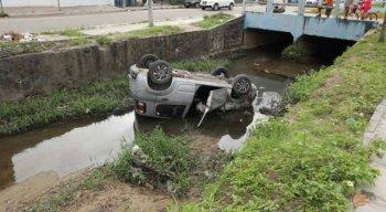 O carro ficou de cabeça para baixo em canal no bairro dos Bultrins, em Olinda