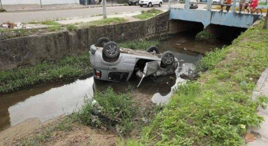 Motorista perde o controle e carro cai em canal em Olinda