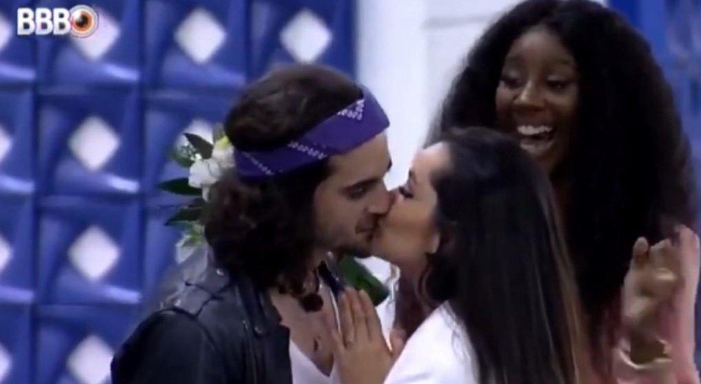 Juliette e Fiuk se beijam no BBB 21 durante brincadeira