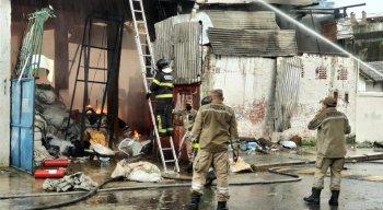 Incêndio atinge galpão na Zona Oeste do Recife