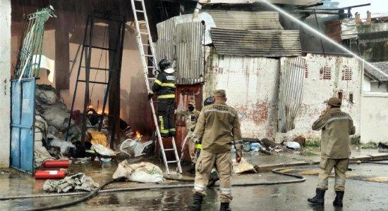 Incêndio atinge galpão de recicláveis na Zona Oeste do Recife; Bombeiros têm dificuldade para controlar