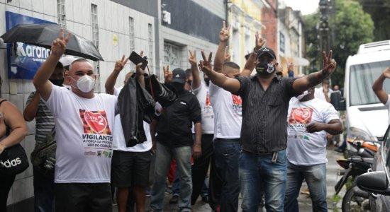 Aglomeração e descumprimento de regras da covid-19 marcam eleição do Sindicato dos Vigilantes, no Recife