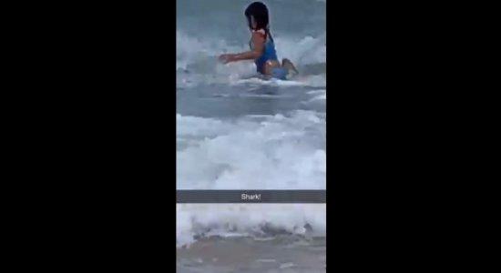 Criança correu em direção à areia assim que viu o tubarão