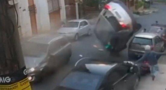 Motoboy escapa de acidente envolvendo 5 veículos