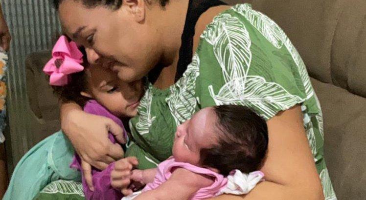 Tâmara Lima encontra a filha caçula pela primeira vez após ficar mais de 30 dias internada com Covid-19