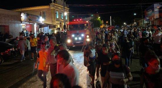 População durante cortejo com o corpo do prefeito de Itaquitinga, Pablo Moraes