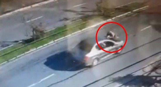 O PM foi arrastado pelo carro e o momento foi flagrado pelas câmeras de segurança