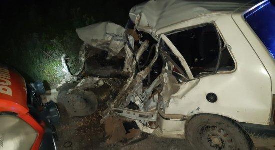 Homem morre após colisão entre carro e caminhão em Pesqueira