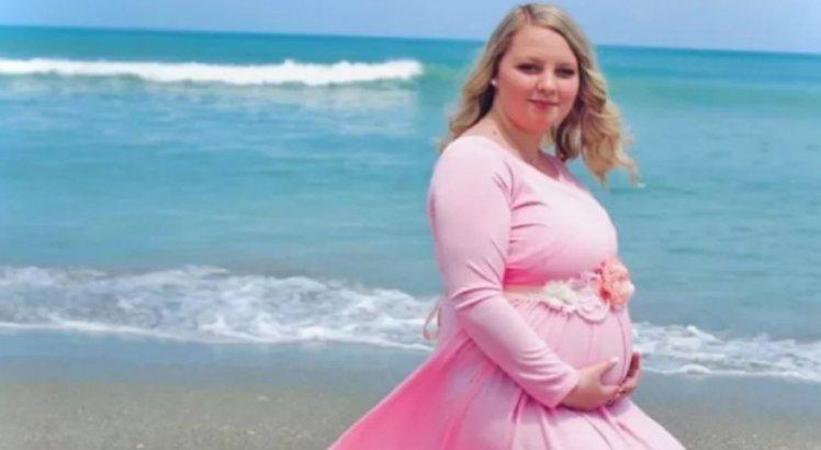 Mulher grávida fazia ensaio fotográfico no momento de pouso forçado de avião; veja vídeo