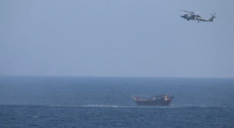 Helicóptero voa acima da embarcação que levava carregamento de armas