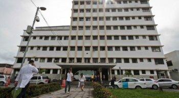 O bebê espera por uma vaga na Unidade de Terapia Intensiva do Hospital Barão de Lucena, no Recife, desde a semana passada
