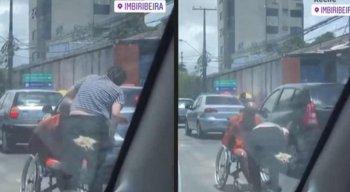 Mulher passa protetor solar em cadeirante que pedia dinheiro no Recife; veja vídeo