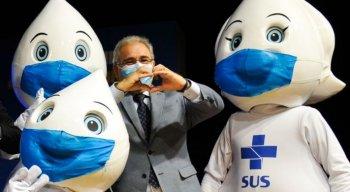 Marcelo Queiroga, ministro da Saúde, posa com bonecos do Zé Gotinha