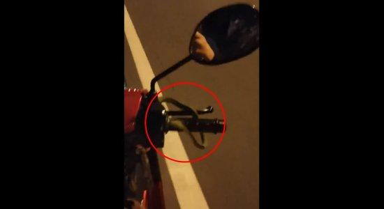 O motociclista filmou a cobra na moto na Tailândia