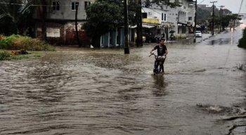 PE-15, em Olinda, amanheceu coberta de água