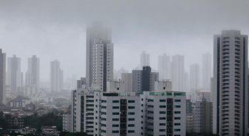 Chove forte na Região Metropolitana do Recife, nesta quinta-feira (13)