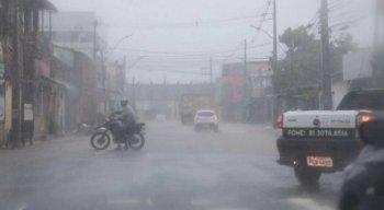 Chuva forte deixou o bairro de Afogados, no Recife, alagado, nesta quinta-feira (13)
