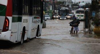 Desde a madrugada desta quinta-feira (13), as fortes chuvas que caem já gerou vários transtornos