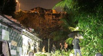 Barreira desaba sobre casa em Jabotaão