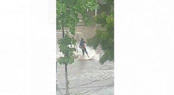 Indivíduo foi flagrado surfando em ponto de alagamento na Av. Ulisses Montarroyos, em Jaboatão dos Guararapes