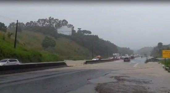 Chuva torrencial alaga trecho da BR-232 no Grande Recife, e carros precisam pegar desvio
