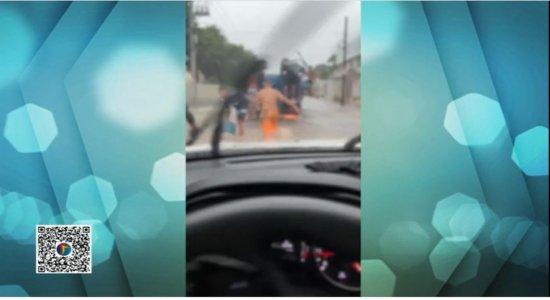 Grupo aproveita alagamento para saquear caminhão carregado de botijão de gás no Recife; veja vídeo
