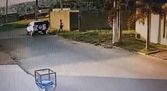 Vídeo: Mulher é flagrada jogando filho em terreno baldio e ateando fogo no recém-nascido