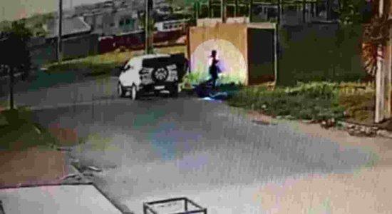 Mãe presa suspeita de jogar filho em terreno baldio e depois tocar fogo no recém-nascido é indiciada pela polícia