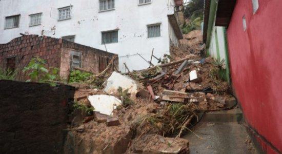 Deslizamento de barreira atinge casas na UR-11, em Jaboatão, e deixa morador ferido