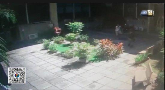 Vídeo mostra momento em que homem toma arma de policial e provoca troca de tiros em delegacia no Recife