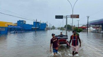 A Avenida Recife, localizada na Zona Sul do Recife, estava ilhada.