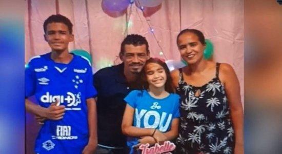 Os Bombeiros encontraram o corpo do filho do casal, de 16 anos. Estão desaparecidos pai, mãe e uma adolescente, de 12 anos.