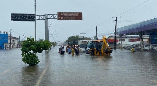 Chuvas no Recife: Caminhão com doses de vacina contra a covid-19 fica preso em alagamento; veja vídeo