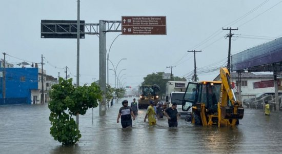 Caminhão com vacinas contra a covid-19 fica preso em alagamento no Recife