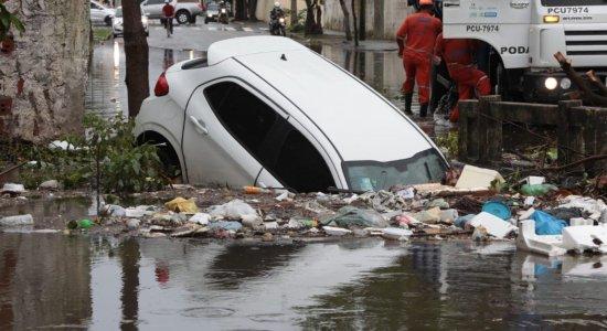 Por causa da chuva, motorista perde controle da direção e cai em canal no Recife