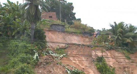 Aparte de trás da casa ficou destruída.