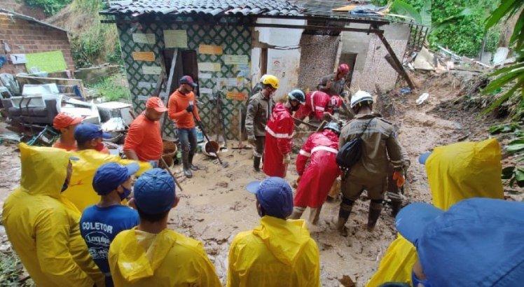 Bombeiros encontram corpo de mulher soterrada com a família durante deslizamento de barreira em Jaboatão dos Guararapes, no Grande Recife