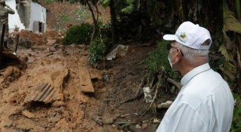 Dom Fernando Saburido foi até o local da tragédia, em Cavaleiro, para prestar solidariedade aos familiares das vítimas