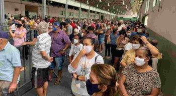Filas no centro de vacinação de Caruaru