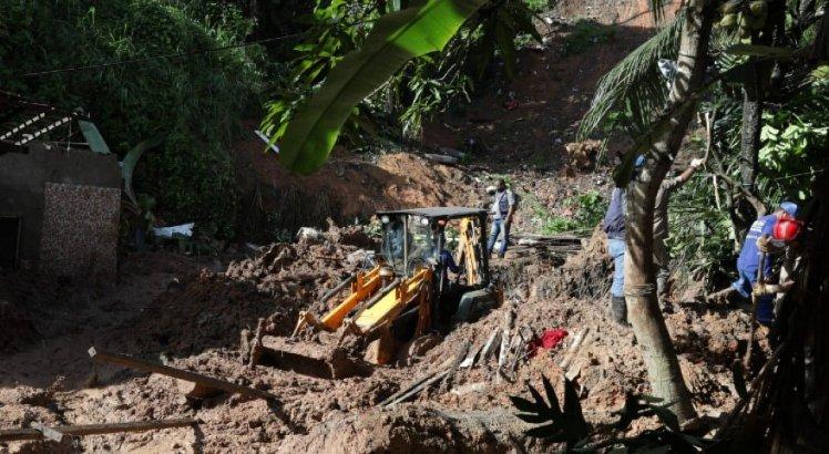 Corpos de pai e filha soterrados após deslizamento de barreira em Jaboatão são encontrados