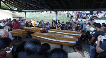 Pai, mãe e filhos vítimas de deslizamento de barreira em Cavaleiro são enterrados sob forte comoção