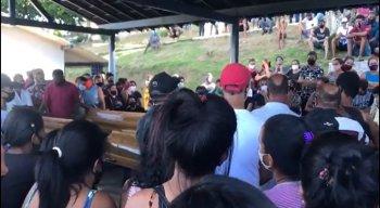Vídeo emocionante mostra multidão cantando louvor