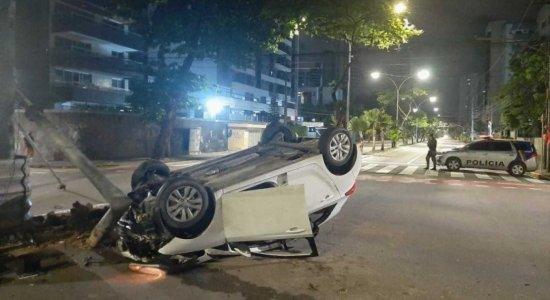 Carro capota em acidente envolvendo outro veículo no bairro de Boa Viagem
